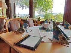 Gesunde und regionale Küche erwartet Sie im Hotelrestaurant mit Blick über das Taubertal.