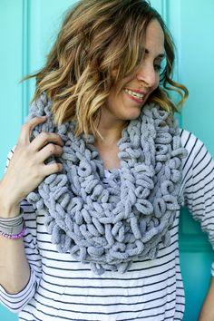 Finger looping infinity scarf how to idea 5 Diy Knitting Scarf, Chunky Crochet Scarf, Diy Scarf, Arm Knitting, Chunky Yarn, Crochet Shawl, Chrochet, Finger Crochet, Finger Knitting