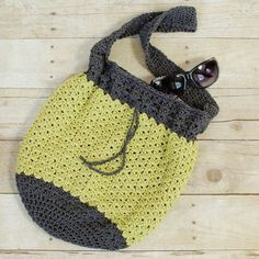Summer Crochet Bag Pattern - A casual and lightweight summer crochet bag pattern ... perfect for a day around the town or a trip to the beach! Enjoy :)