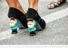 Zapatos originales con un gnomo en el tacón