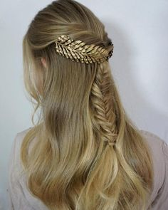 Lovely Golden Headpiece on Long Prom Hairstyles to Mesmerize Anyone Oscar Hairstyles, Prom Hairstyles For Long Hair, Trendy Hairstyles, Braided Hairstyles, Wedding Hairstyles, Greek Hairstyles, Half Updo, Braid Styles, Short Hair Styles