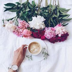 La mejor combinación para empezar el jueves!  : @_justynaniko_ #coffee #flowers #breakfast #prettythings #photooftheday  via MARIE CLAIRE MEXICO MAGAZINE OFFICIAL INSTAGRAM - Celebrity  Fashion  Haute Couture  Advertising  Culture  Beauty  Editorial Photography  Magazine Covers  Supermodels  Runway Models