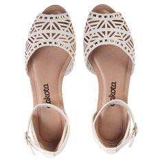 Sandália Rasteira Dakota Branca Branco - Paquetá - LojasPaqueta Shoes Flats Sandals, Espadrille Shoes, Strappy Heels, High Heels, Pretty Shoes, Cute Shoes, Me Too Shoes, Shoe Display, Shoe Closet