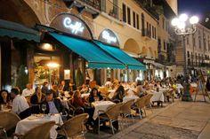 Nicht nur Bier oder Wasser Die Italiener schätzen ein Glas Wein zur Pizza.
