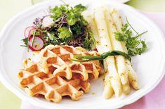 Kartoffelwaffeln mit Kräutersalat und Spargeln