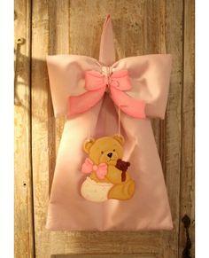 Fiocco nascita in piquè di cotone rosa, pendant orsetta con fiocco in legno dipinto