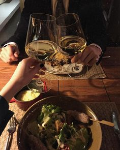 A toast to new beginnings in fear and faith and all the tinges. Foto Snap, Healthy Life, Healthy Living, This Is Your Life, Love Is In The Air, Date Dinner, Le Diner, In Vino Veritas, Romantic Dinners