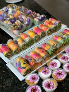 Spring flowers(nasturtiums, pansies, mums, Rose petals, borages and more) are so much fun and beautiful to add in foods especially fresh summer (spring) rolls. Vegan Catering, Catering Trays, Sushi Catering, Cute Food, Yummy Food, Fresh Spring Rolls, Flower Food, Weird Food, Aesthetic Food