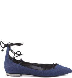 Desde os anos 50, quando a designer Rose Repetto criou especialmente para Brigitte Bardot uma sapatilha, esse calçado nunca mais deixou os pés das mulheres. Agora, em mais uma adaptação fashionista,