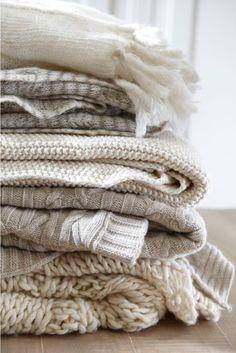 Stapel zachte plaids in wit en beige - bekijk en koop de producten van dit beeld op shopinstijl.nl