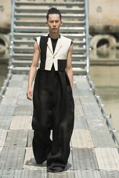 See all the Collection photos from Rick Owens Spring/Summer 2018 Menswear now on British Vogue Next Fashion, Mens Fashion Week, Summer Fashion Trends, Future Fashion, Fashion Show, Fashion Outfits, Fashion Brands, Men's Fashion, Paris Fashion
