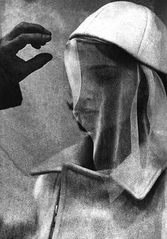Leonarda,Donata Wenders   I find myself staring at this picture. What's it mean? Artistic Photography, History Of Photography, Portrait Photography, Vintage Photos, Dora Maar, Pablo Picasso, Photo B, French Photographers, Muse
