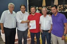 Câmara Municipal devolve R$ 205 mil ao executivo em Botucatu - Na tarde desta quinta-feira, 29 de dezembro, último dia de expediente nas repartições públicas municipais antes da virada do ano, o presidente da Câmara Municipal de Botucatu, vereador André Rogério Barbosa (Curumim), reuniu-se com o prefeito João Cury Neto.  Na oportunidade, o chefe do Poder Leg - http://acontecebotucatu.com.br/cidade/camara-municipal-devolve-r-205-mil-ao-executivo-em-botucatu/