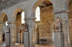 Statues et arcades de Foulques Nerra (XIe siècle) sur le côté droit de la collégiale ST MARTIN D'ANGERS