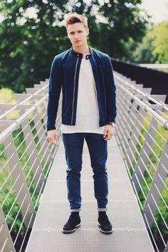   Jacket: Zara   T-Shirt: Zara   Trousers: Weekday   Shoes: Shoe The Bear   Glasses: Ray Ban   Watch: Daniel Wellington   @damee1