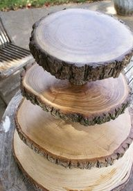 Vraag eens een paar plakjes boomstam als ze een boom gaan verwijderen uit de straat en maakt er een sfeervolle etagère van.