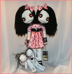 siamesetwin conjoined twins skulls gothic creepy by Zosomoto on DeviantArt Ugly Dolls, Creepy Dolls, Monster Dolls, Sock Monster, Fabric Dolls, Rag Dolls, Gothic Dolls, Halloween Doll, Voodoo Dolls