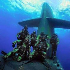 A Day At The Office Us Navy Seals, Panzer, Modern Warfare, Special Forces . Navy SEALs, they don't usually get on submarines this way Military Humor, Military Police, Military History, Usmc, Military Special Forces, Military Spouse, Us Navy Seals, Go Navy, Naval