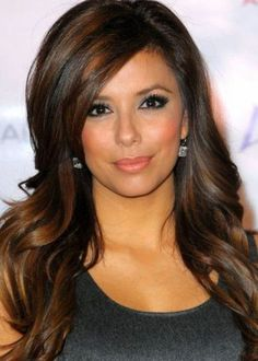 Desperate Housewives actress Eva Longoria looks glamorous with her glossy, wavy dark hair. Standing at 5'2″ (1.57 m) tall, Eva shows us that long hair definitely does look fabulous on petite women. Her side-swept fringe shortens her long oval face ans draws attention down to her eyes and lips.