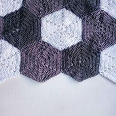#crochetblanket #crochet #crocheting #crocheted #hæklerier #hæklet #hækling #hæklettæppe #hekling #heklet #hekleteppe #haken #häkeln #haekling #blanket #hexagons #hexagon #hexagoner #hexagonblanket #hexagontæppe #grey #white #diy by crochetbycollitz
