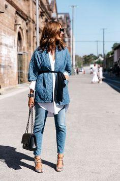 Mercedes-Benz Fashion Week Australia FW 2015 - amazing street style denim on denim, white shirt and Chanel bag. Looks Street Style, Street Style 2017, Street Style Trends, Street Chic, Street Styles, Mode Style, Style Me, Mode Kimono, Kimono Style