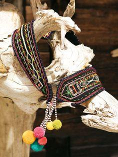 burda style - Reich mit Stickereien, Schnallen und Knöpfen bestückt ist der Bindegürtel im Folklorestil. Aus 09-2011 Crochet Earrings, Hair Styles, Hare, Beauty, Blogging, Fashion, Oktoberfest, Dirndl, Braided Hairstyles