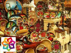 MICHOACÁN MÁGICO, te dice. Localizado a 19 kilómetros de Pátzcuaro se encuentra el municipio de Quiroga, que es uno de los centros artesanales más importantes del país. Allí se hacen artesanías de madera laqueadas, adornos, lámparas, figuras de papel mache, instrumentos musicales en madera, máscaras talladas, juguetes de madera, entre otros productos. http://www.recorriendomichoacan.com
