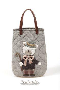 퀼트패키지 - 신사곰돌이 라운드토트백 패키지,퀼트재료,퀼트가방 : 네이버 블로그 Patchwork Bags, Quilted Bag, Animal Bag, Small Sewing Projects, Animal Quilts, Hand Embroidery Designs, Small Quilts, Handmade Bags, Beautiful Bags