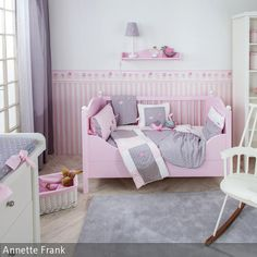 Zauberhafte Babyzimmer Kollektion Mit Vögelchenapplikationen Auf Den  Babytextilien Und Babymöbeln In Rosa Und Weiß. Farbwelt