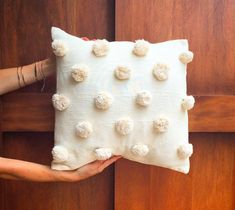 Crafts For Kids, Arts And Crafts, Pompom Scarf, Room Ideas, Decor Ideas, Diy Cushion, How To Make A Pom Pom, Pom Pom Crafts, Velvet Cushions
