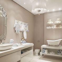 A designer de interiores Lenita Nemer define o Banheiro do Bebê como uma sala de banho totalmente equipada para oferecer praticidade e conforto a uma jovem mãe. Na sua proposta, o banheiro é uma extensão do quarto, mantendo a elegância do ambiente. O papel de parede com cola à base de água – foi empregado em todo o ambiente como uma solução que pode ser facilmente substituída.