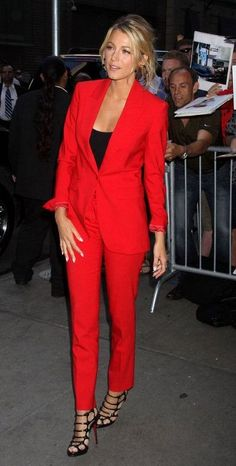 Hollywood Knockout: Blake Lively Stuns as Savages Goes on Tour Blake Lively opted for a cool Michael Kors suit in a bold, apple-red for her appearance on Good Morning America. Blake Lively Outfits, Blake Lively Savages, Blake Lively Moda, Blake Lively Style Casual, Blake Lively Wedding Dress, Blake Lively Fashion, Terno Casual, Red Suit, Look Fashion