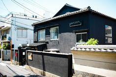 """東日本大震災をきっかけに取り壊されるはずだった、谷中にある築58年のアパート・萩荘は、解体前のイベントに集まった1500人もの若者の熱意により、急遽改修が決まったリノベーションハウス。元住人で今は2Fに入居中のデザイン事務所とギャラリーの代表である宮崎晃吉さんが設計を担当し、""""古くて新しい""""現在の「HAGISO」に生まれ変わりました。"""