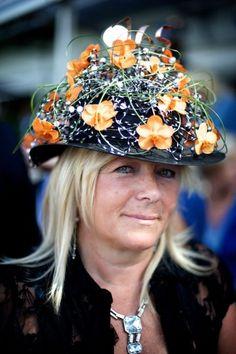 De 165 op de hoed verwijst naar de 165 jaar dat Waregem Koerse bestaat.