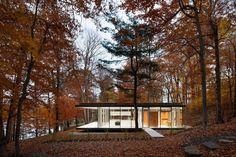 Shrouded in a sea of dense Canadian forest sits a glass-paneled pavilion. Montreal-based architecture firm Daoust Lestage presents 'Pavillon du Lac', a guest house situated. Casa Eichler, Maison Eichler, Glass Cabin, Glass House, Cabin Design, House Design, Lake Cabins, Floor To Ceiling Windows, Mid Century House