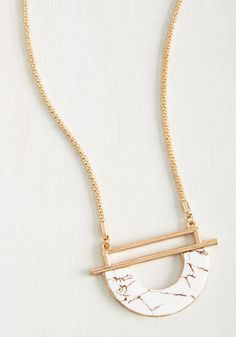 A fundamental element to your aesthetic is fashionable originality - and bold accents like this golden necklace! With a marble-inspired pendant supported by a golden popcorn chain, this statement-making accessory is a crucial component of your sartorial sensibilities.