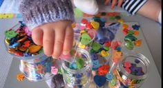 Men biedt het kind een grote diversiteit van knopen aan in verschillende vormen, kleuren en formaten. Het kind is dan vrij om te kiezen hoe hij hier mee wilt spelen. Het kind kan hier bijvoorbeeld een padje met leggen, sorteren op vorm, sorteren op grootte, sorteren op kleur.