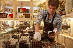 Belgian chocolatiers are award-winning for the refined pralines they make with high quality Belgian chocolate. Come to Flanders and taste it yourself! Tienda Chocolate, Choco Loco, Chocolate Stores, Belgian Chocolate, Candy Store, Retail Shop, Chocolate Truffles, Light Recipes, Shopping