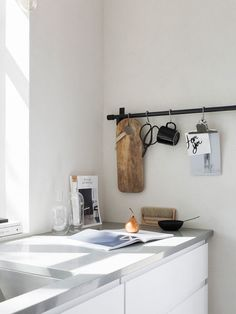 Kök Voxtorp från IKEA, bänkskiva Silestone Cygnus från House of Design. Som redskapsstång används en reling från Habitat, svart mugg från Iittala. Glaskaraffer Sinnerlig från IKEA. Foto: Sara Medina Lind