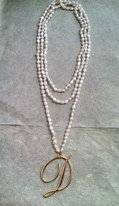 Collar con perla de rio y letra chapa de oro
