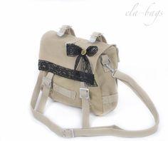 Die Tasche ist aus festem und robustem Canvas-Stoff genäht.  Farbe: beige   Der Träger ist in der Länge verstellbar.  Breite: 25 cm Höhe: 18 cm Tiefe: 7 cm