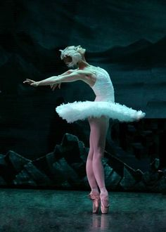 Ballet and Body Image Ballet Theater, Russian Ballet, Ballet Photos, Dance Movement, Ballet Beautiful, Beautiful Swan, Beautiful Things, Ballet Dancers, Ballerinas