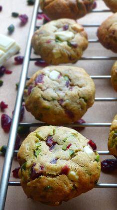 Les festivités peuvent commencer ! // Cookies fondants aux cranberries séchées, éclats de pistache et de chocolat blanc sur latassefumante.com
