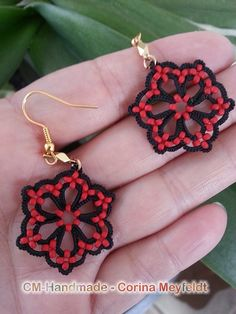 Delicate earrings done with tatted lace, embelished with rocailles. Own pattern. Gold colored furnitures. If desired, other colours and furnitures are possible. Just let me a note. Size: 3 cm long (without the wire), 2 cm to the widest side.