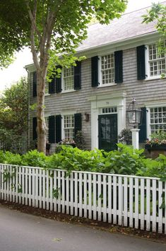Martha's Vineyard, classic looks NEVER go out of style and are so charming. See additional info about wonderful entryway curb appeal by clicking through. Exterior Colors, Exterior Paint, Exterior Design, Interior And Exterior, Exterior Colonial, New England Homes, Backyard Fences, Fence Landscaping, Photos Voyages