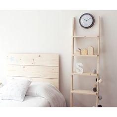 Una práctica y decorativa escalera-estantería de madera. Ideal para decorar cualquier rincón de tu hogar! Disponible en varios colores, ¿con cuál te quedas?