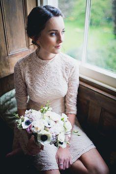 Невесты букет с анемонами   Лаура Мощность фотография   посмотреть больше на: http://burnettsboards.com/2014/07/eclectic-wedding-historic-manor-house/