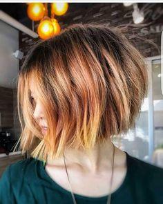 Wenn Sie eine neue Erscheinung wollen und etwas anderes für Ihr Haar versuchen, sind hier wirklich moderne Blicke und attraktive absolvierte Bob Haarschnitte für alle von euch Damen! Dieser Stil sieht gut aus für Business Ladies. Zurück geschnittene Schichten und ein wenig lange Vorderseite Stile ist ein guter Weg, um eine Graduierung Bob Stil zu haben. …