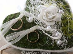 Ringkissen - Ringkissen Moos Herz mit weißer Porzellan Rose - ein Designerstück von Meissner-Floristik bei DaWanda
