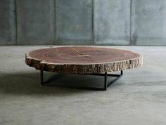 Pour un côté nature en intérieur, cette table basse est présentée comme un tronc d'arbre.